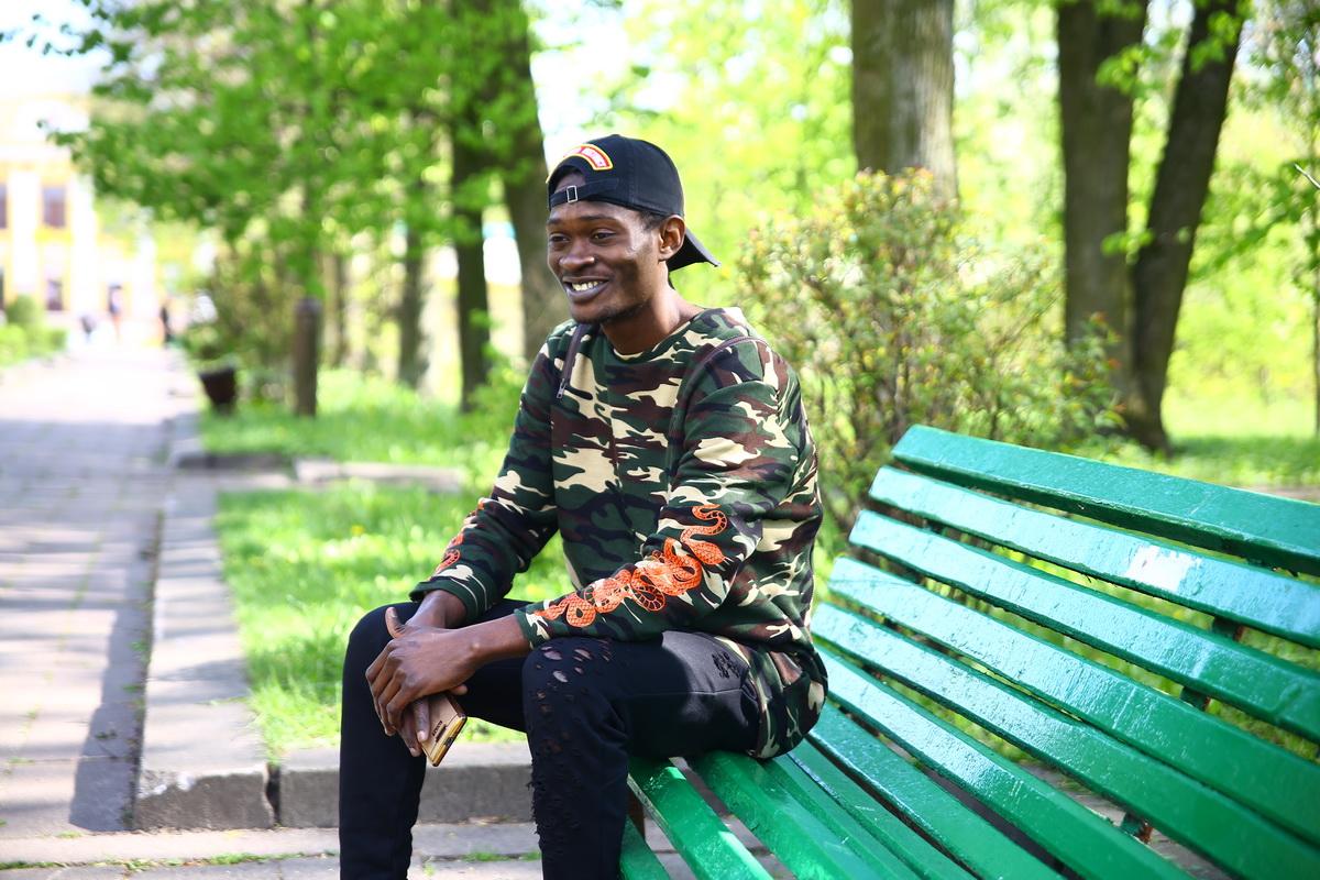 Житель Камеруна Родригес Моуафо в молодом парке в Барановичах. Фото: Евгений ТИХАНОВИЧ