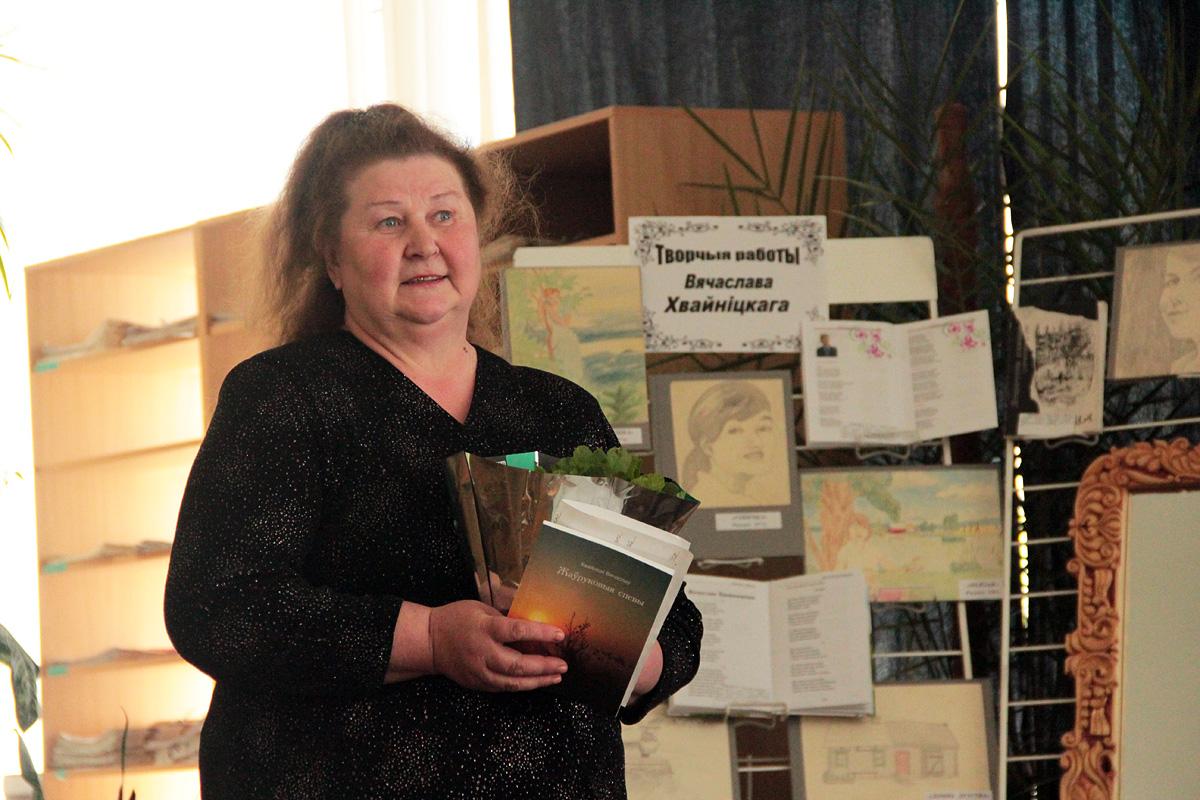 Поэтесса Раиса Романчук поздравляет Вячеслава Хвойницкого с изданием первой книги.