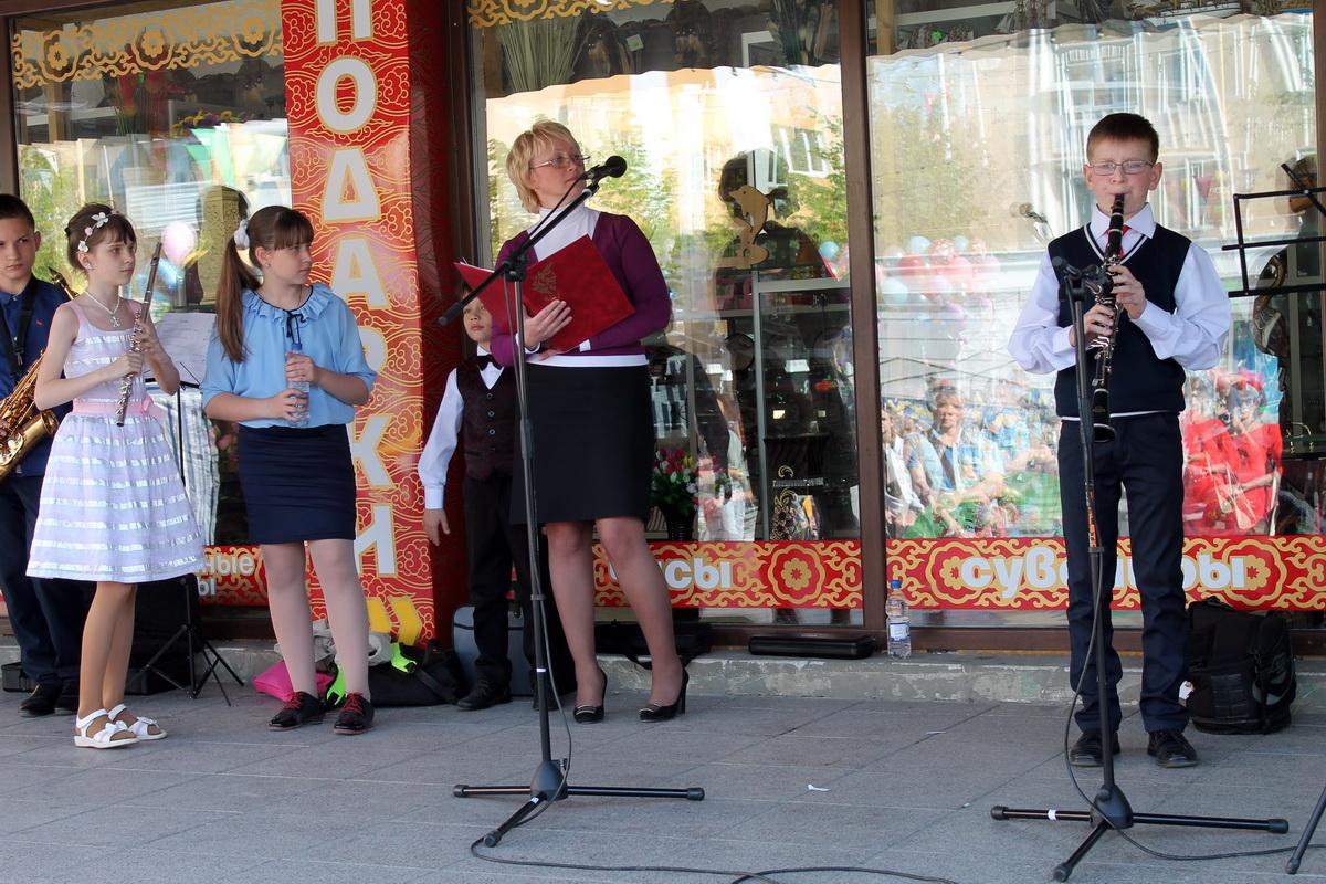 Выступление учеников Барановичской музыкальной школы на ступеньках кинотеатра «Октябрь».