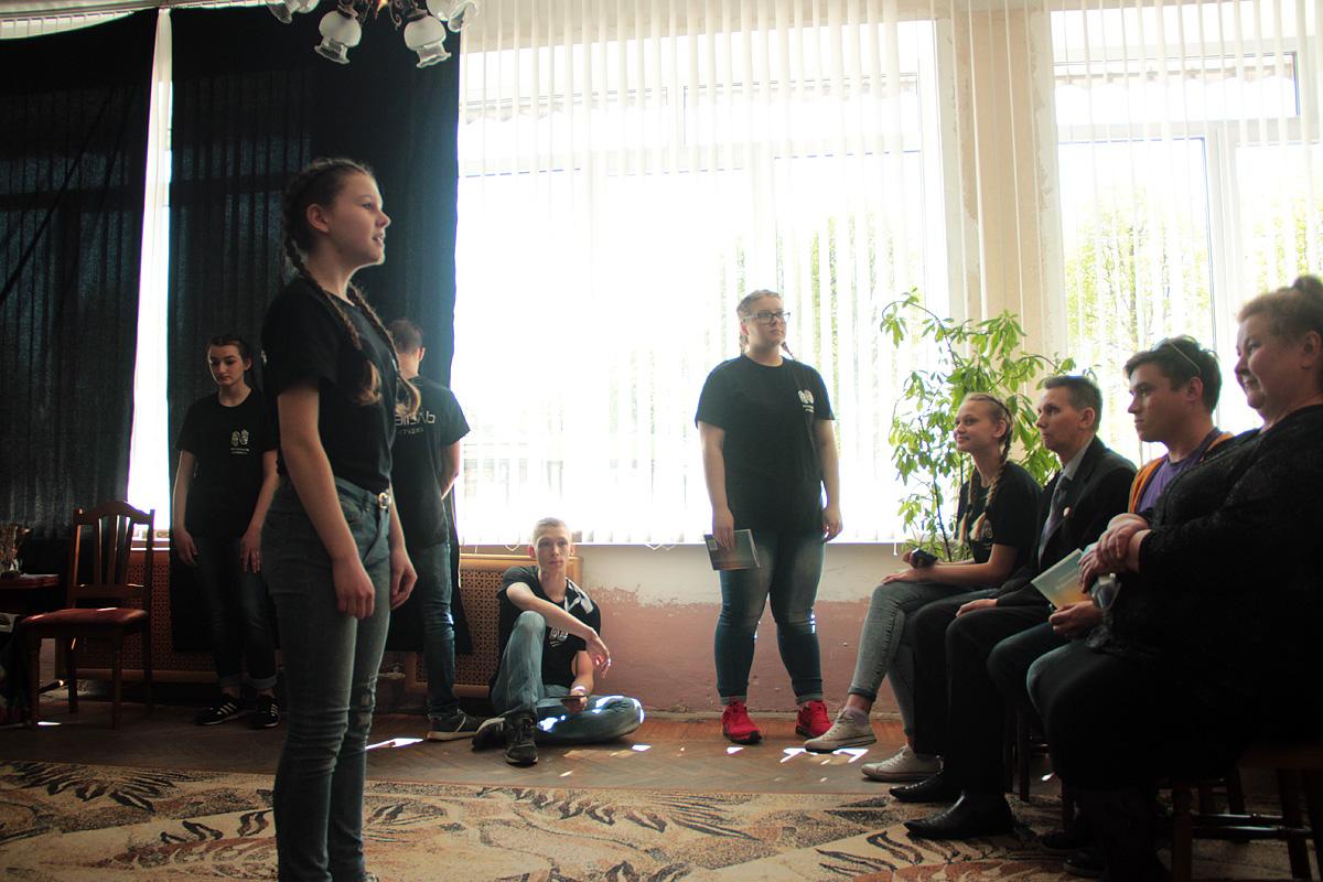 Коллектив театра-студии «Параллель» читает стихи Вячеслава Хвойницкого.