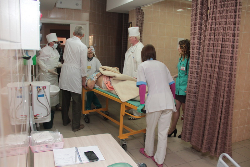 Пациентку, поступившую с шоком неясной этиологии, везут в реанимацию.  Фото: Юрий ПИВОВАРЧИК