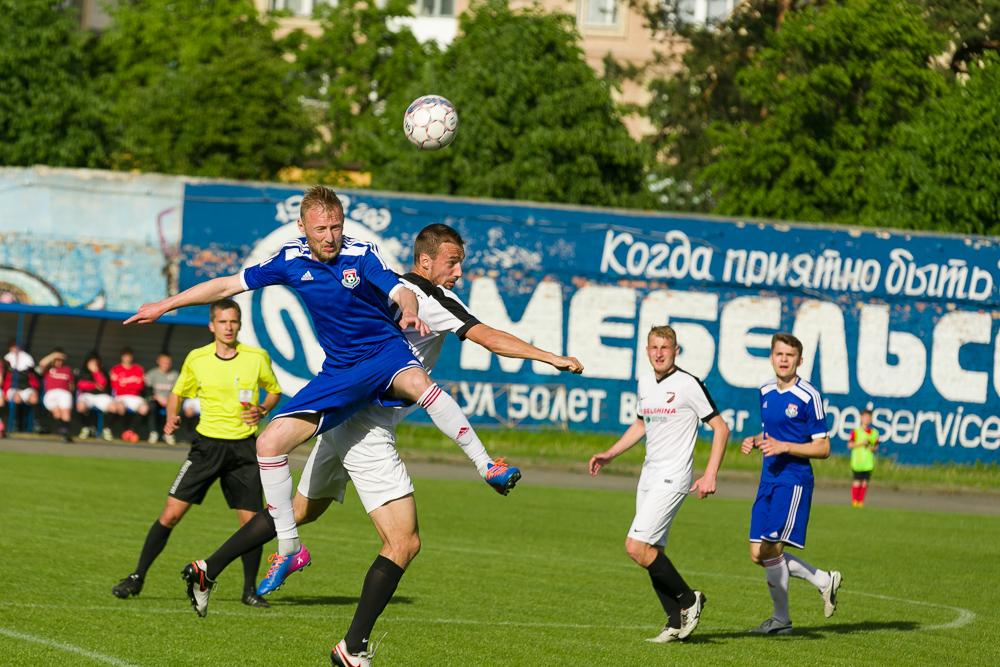 Генрих Богдевич (в синей форме) в борьбе за мяч.