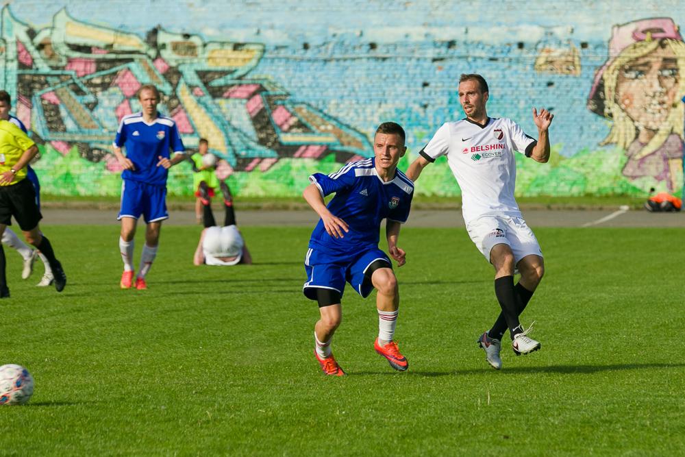 Антон Сорокин в борьбе за мяч.