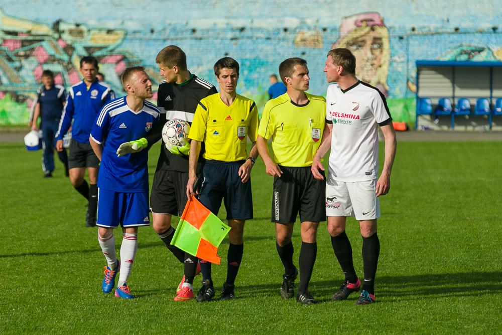 Небольшой конфликт Генриха Богдевича (слева) и игрока приезжей команды.