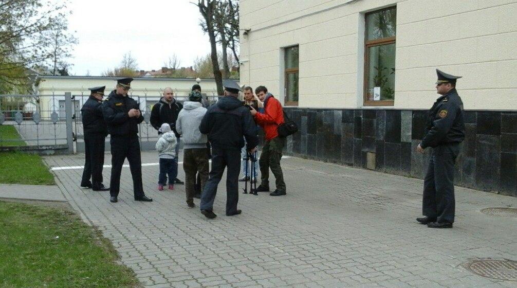 Задержание участника акции с белым листом бумаги. Фото: Елена ЗЕЛЕНКО