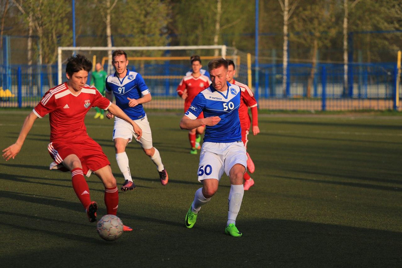 Сергей Новик (с мячом) против Кирилла Малеева (№50).