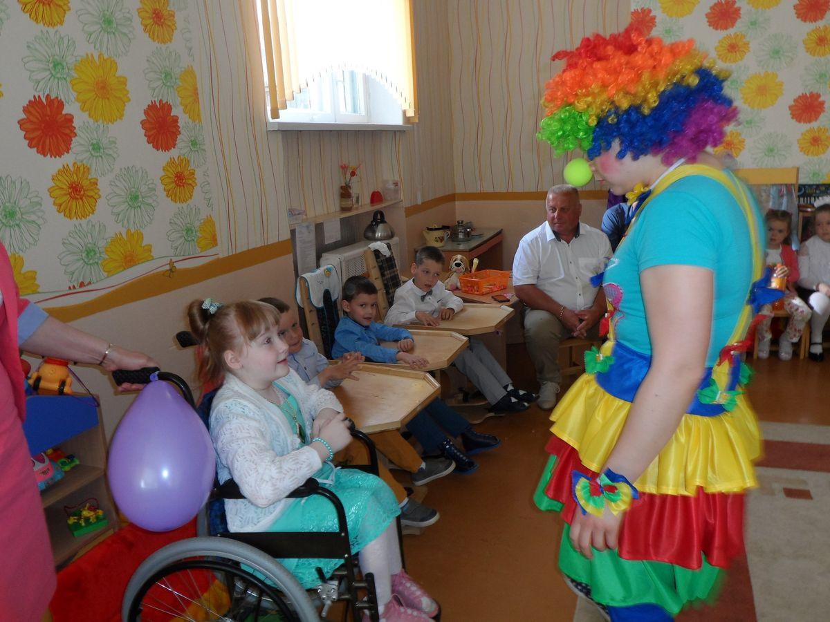Клоунесса от Красного Креста провела для детей игры и викторины.