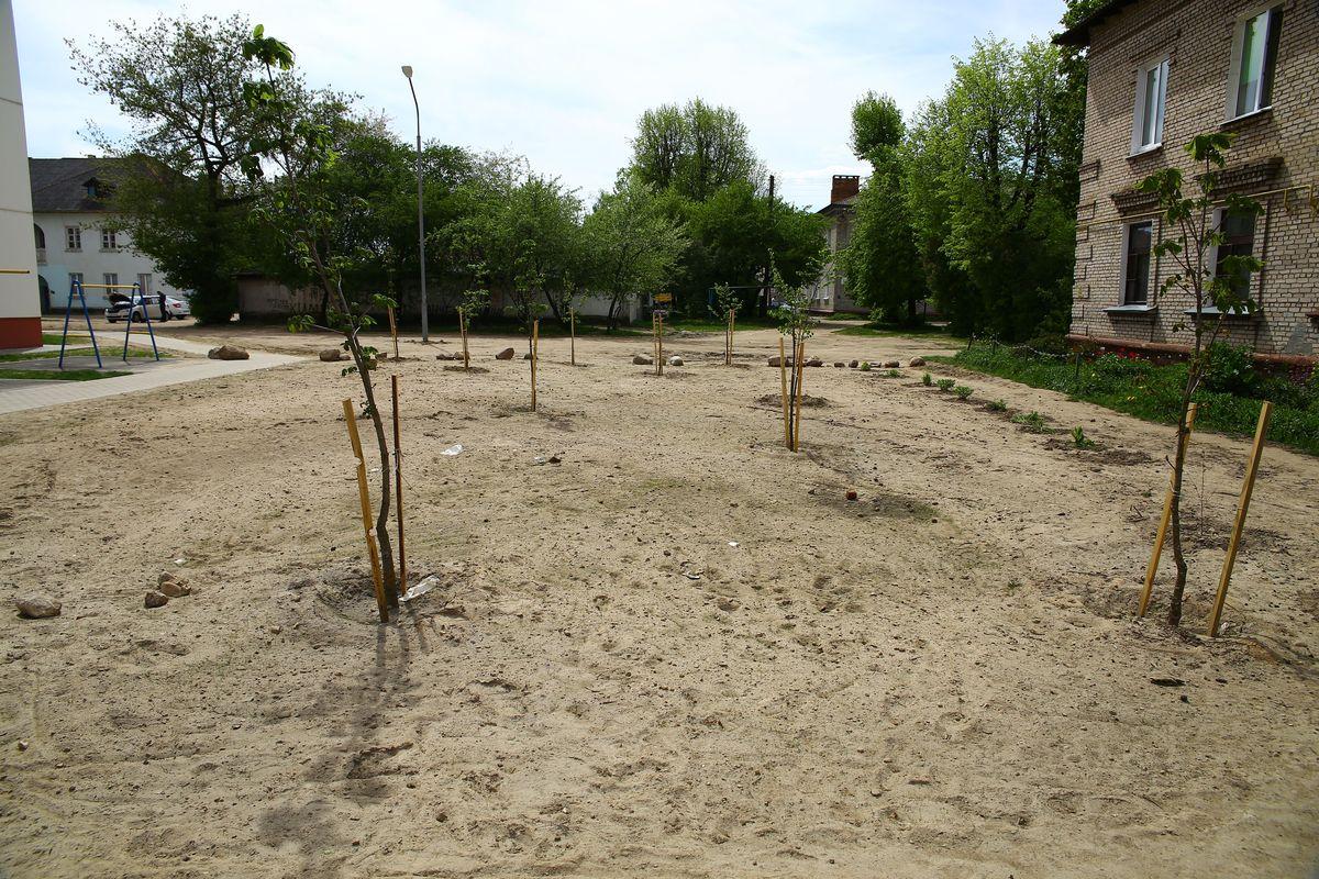 Заехать во двор раньше можно было со стороны улицы Войкова. Но теперь на месте заезда растут деревья и лежат камни.