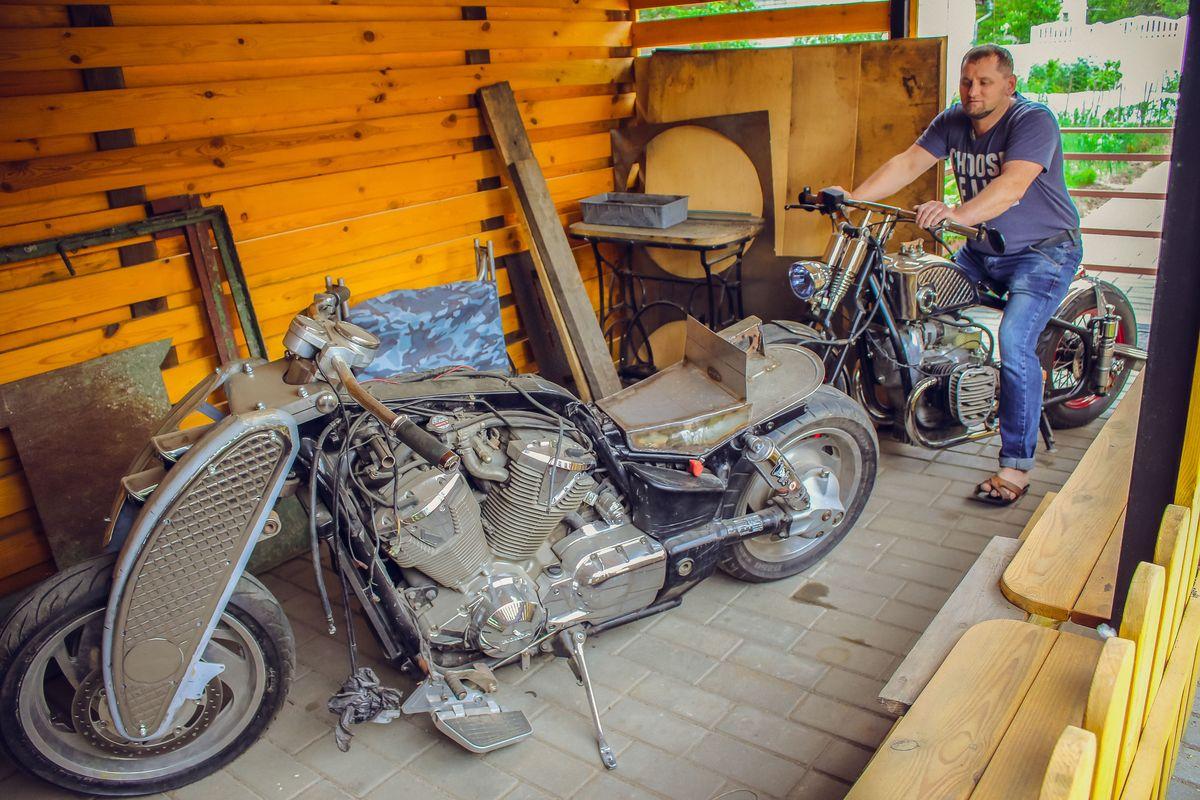 """Сейчас Андрей работает над """"преображением"""" мотоцикла Honda VTX 1800."""