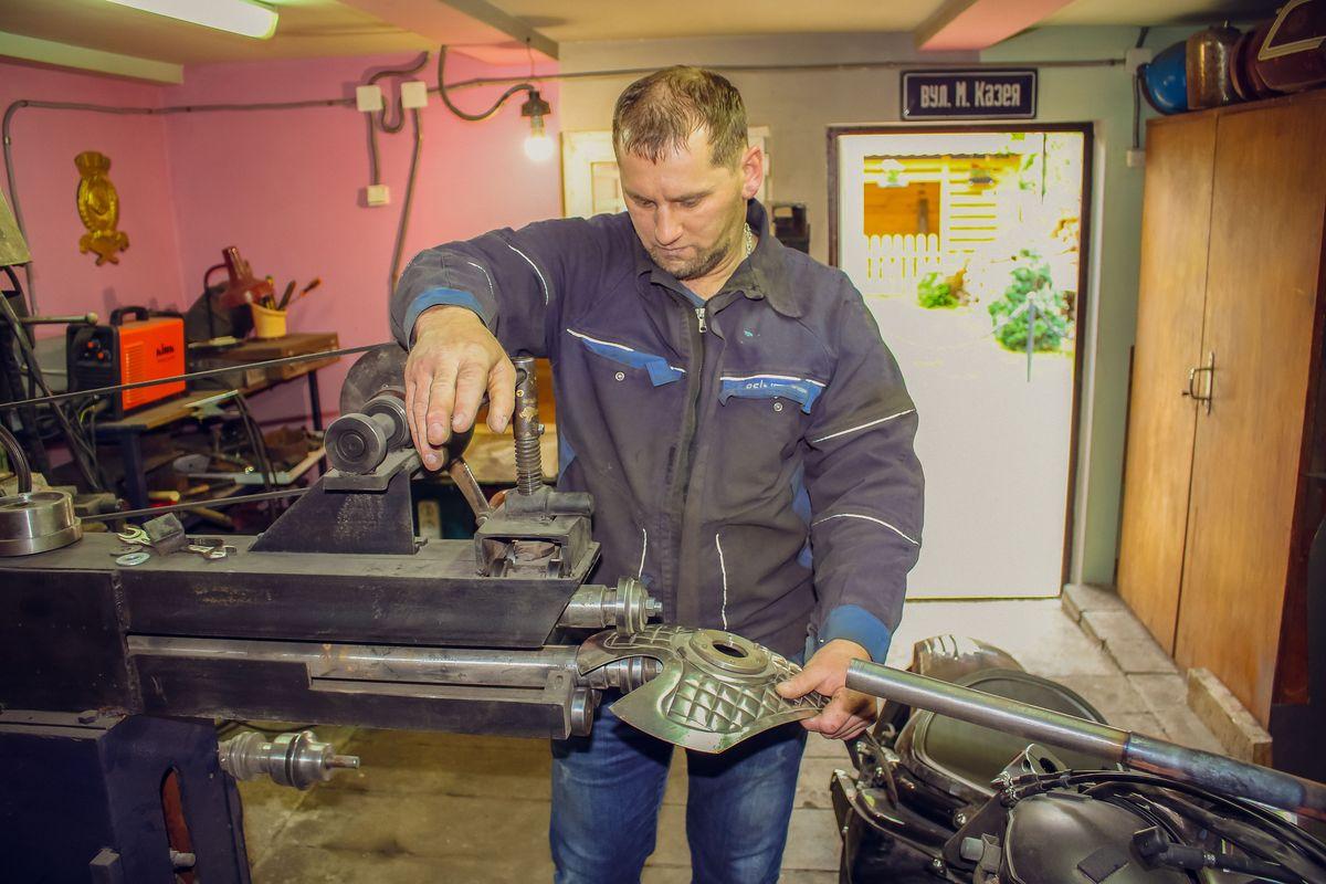Для того, чтобы воплощать все свои идеи самостоятельно, Андрей Манжурцев приобрел много оборудования.