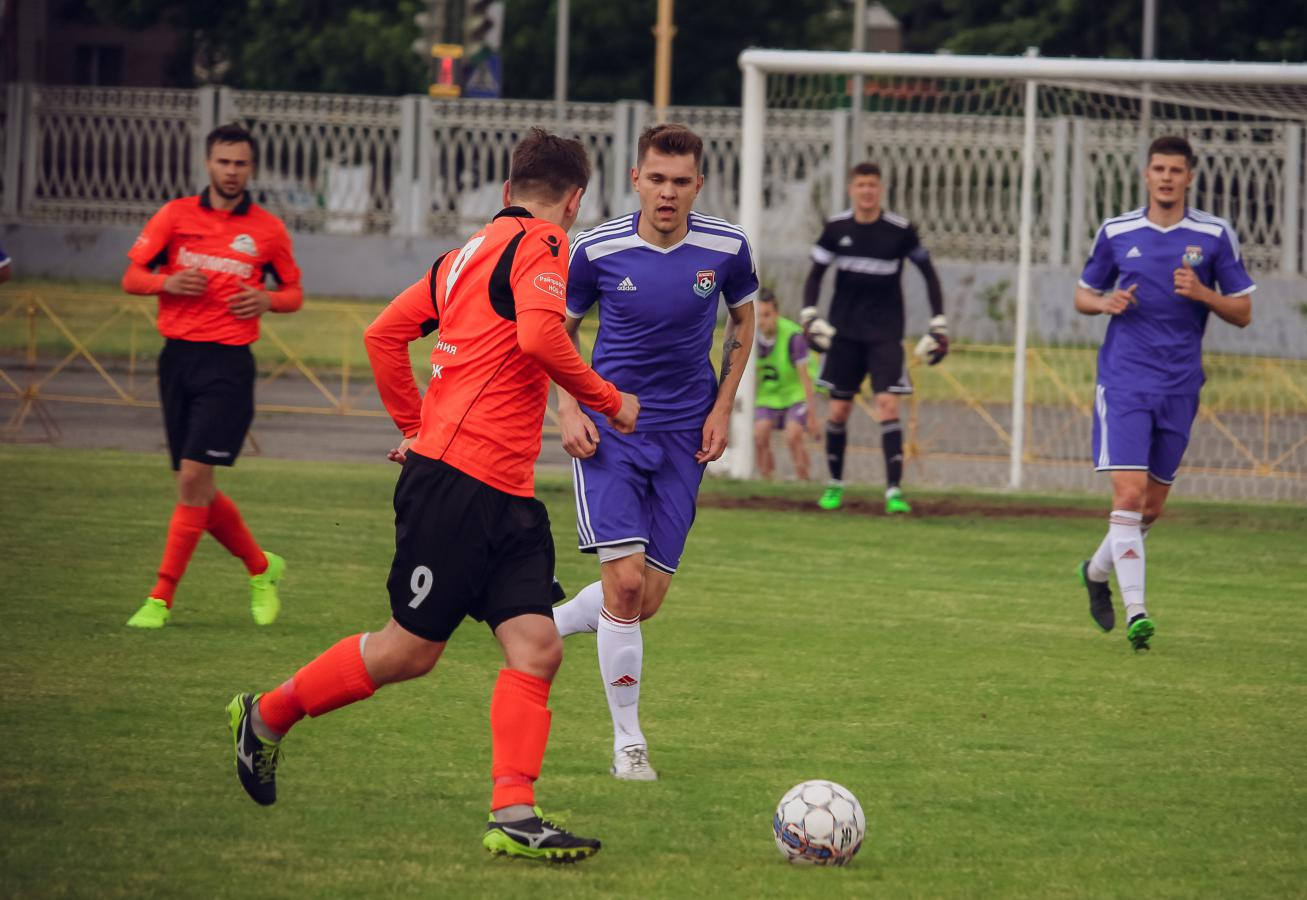 Павел Ловгач и Олег Гарапучик (на заднем плане) против Дмитрия Свириденко (№9).