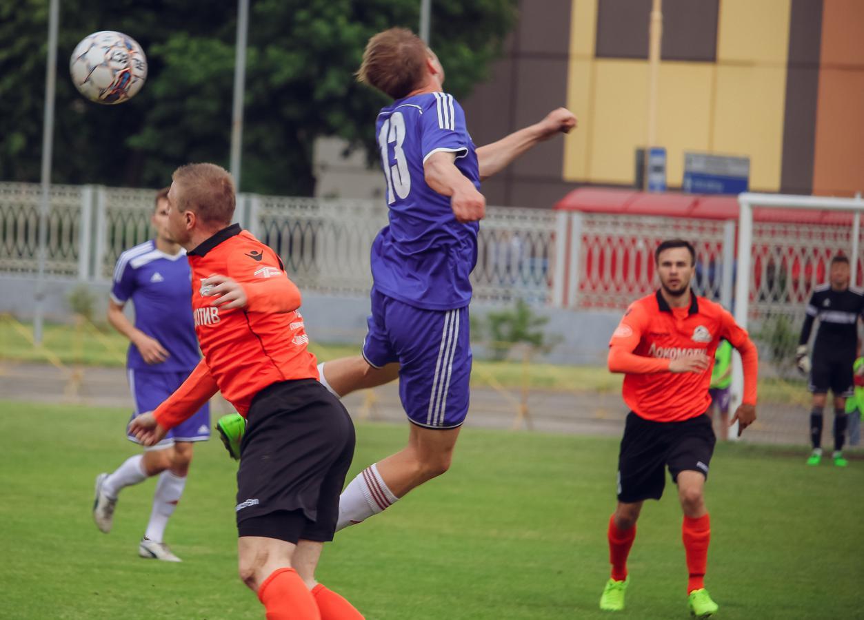 Воздушная дуэль Ивана Водопьяна (№13) и игрока гостей.
