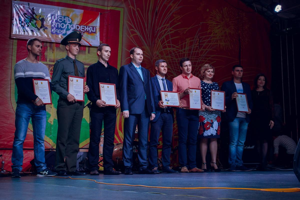 На праздничной сцене наградили самых  активных представителей барановичской молодежи.