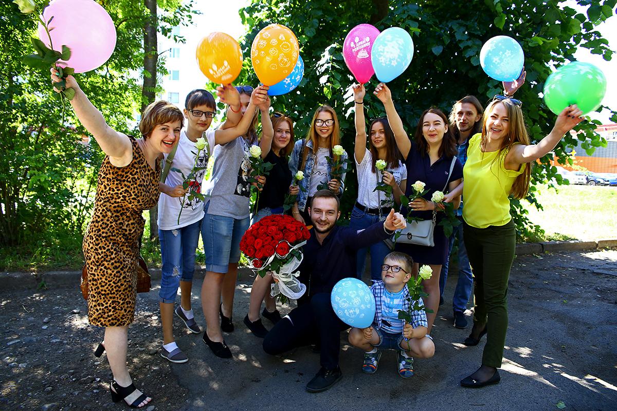 Денис Новицкий (с красными розами) и участники поздравления, которые никогда до этого дня не были знакомы с  с именинницей