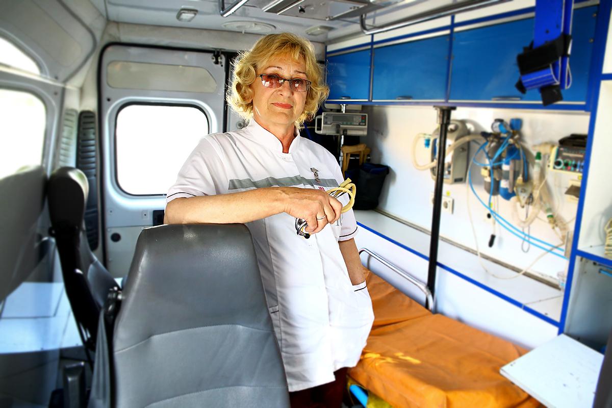Нина Войтик в салоне машины скорой помощи.