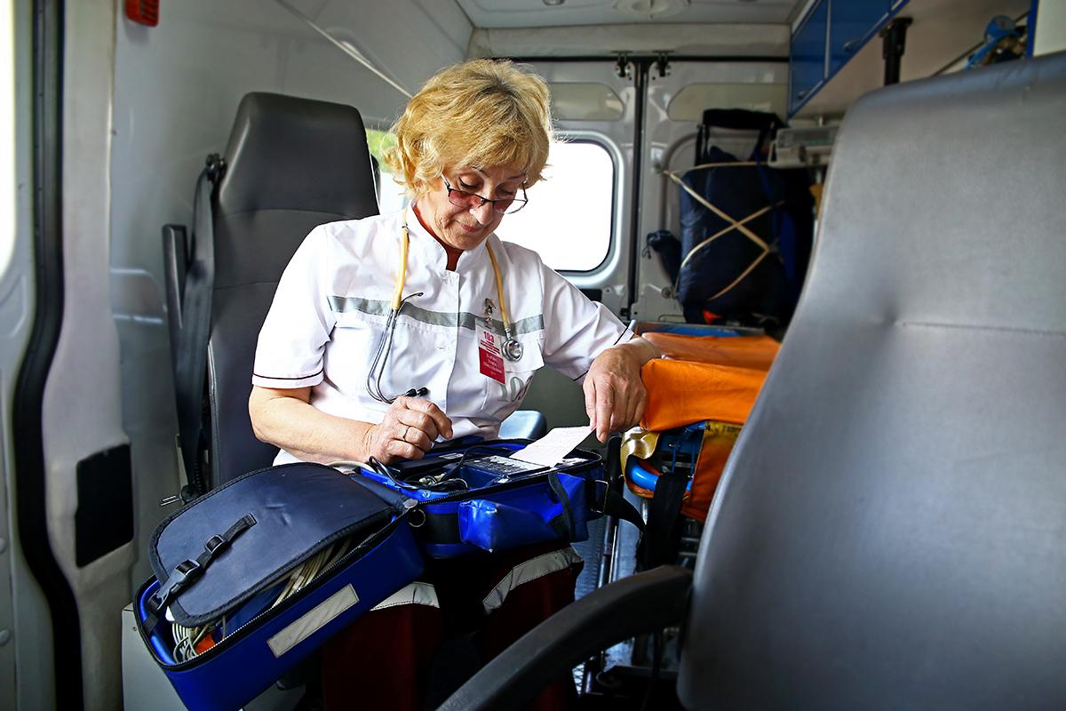 Нина Войтик изучает копию кардиограммы, снятую с предыдущего вызова.