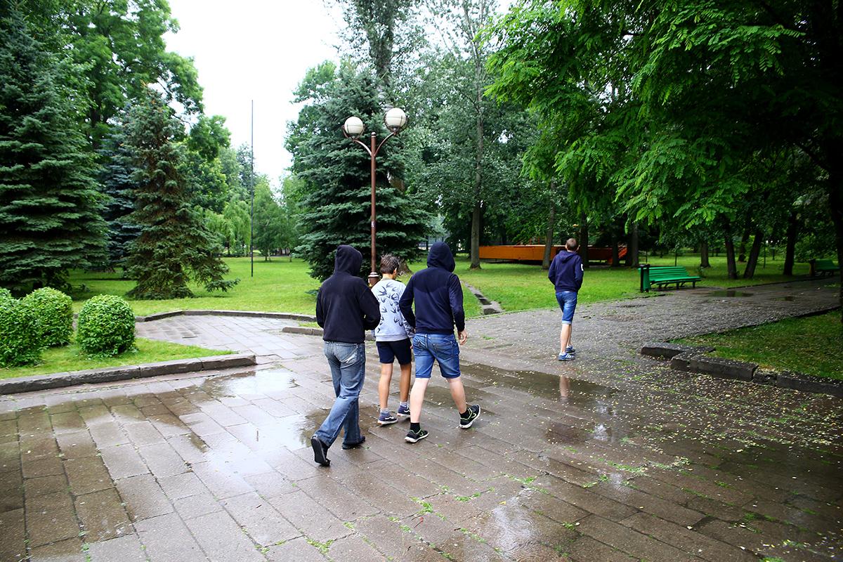 Подростки просто осматривали парк и шли дальше.