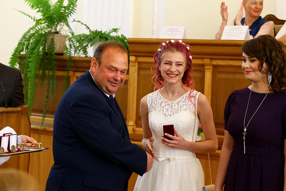 Председатель Барановичского горисполкома Юрий Громаковский вручает медали выпускникам 2017 года.