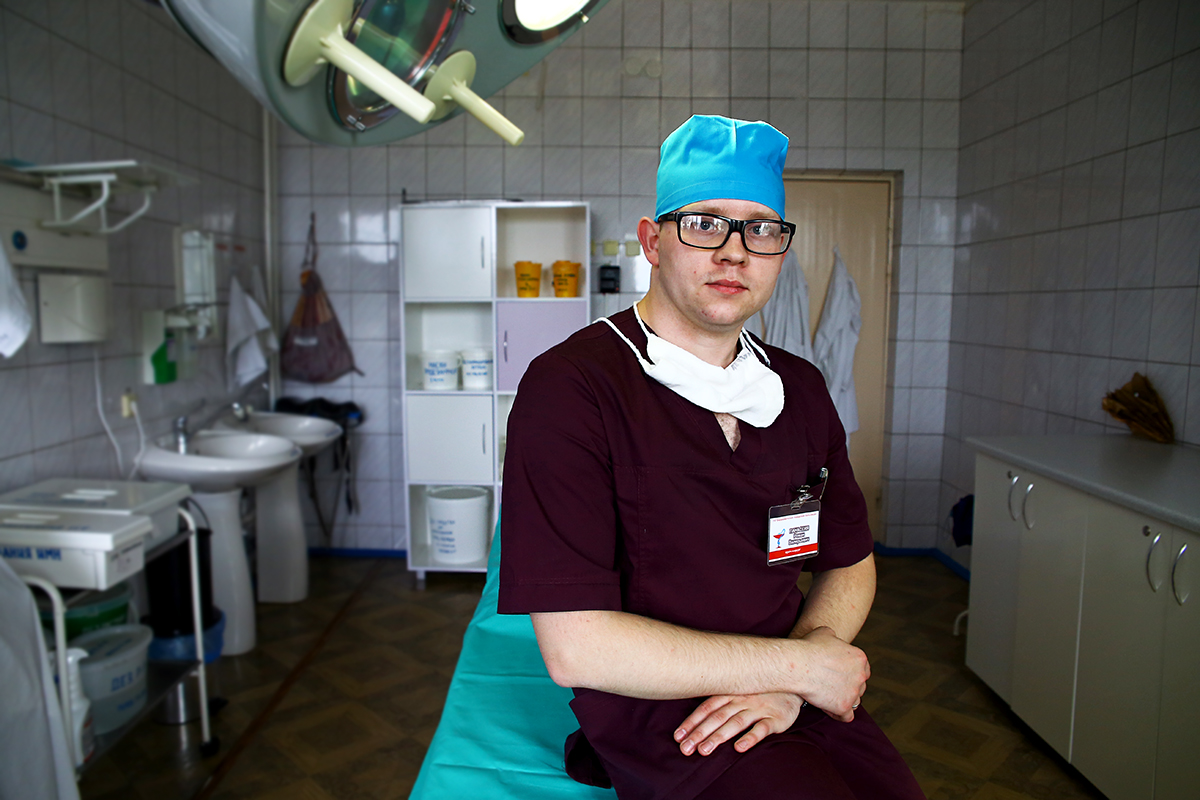 Роман Панасеня в перевязочной комнате отделения гнойной хирургии.