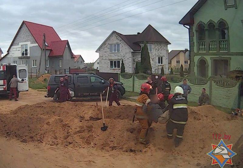 Спасение засыпанного землей мужчины. Фото: Барановичского ГРОЧС http://mchs.gov.by/