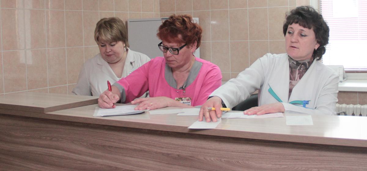 Медсестры приемного отделения (справа налево) Елена Яковлева ) и Елена Луговская за работой.