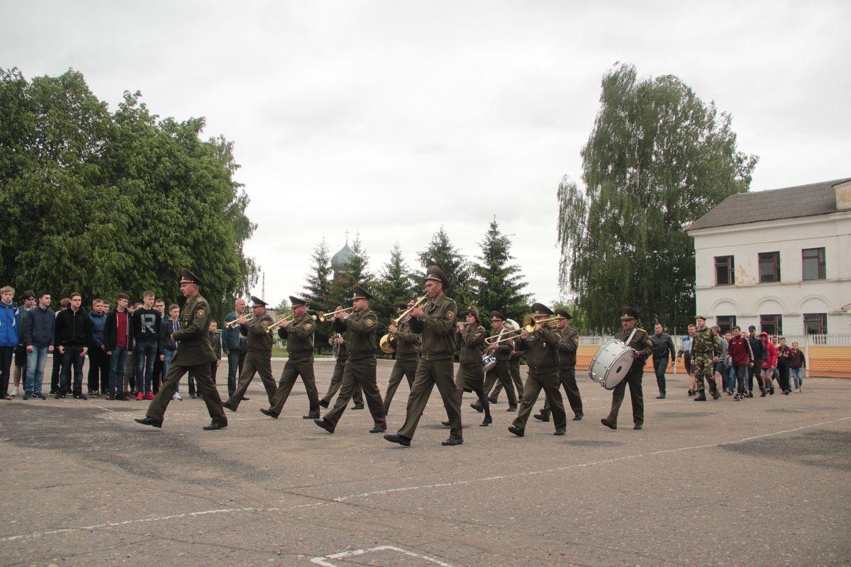 Оркестр марширует по плацу.