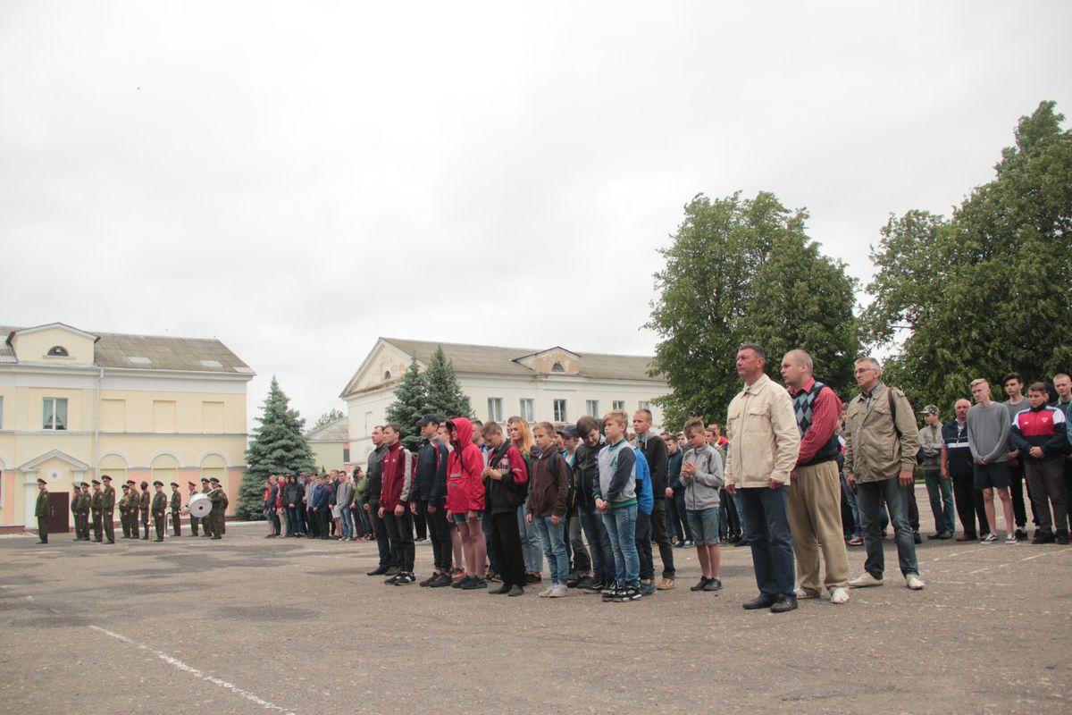 Подростки на открытии лагерной смены.