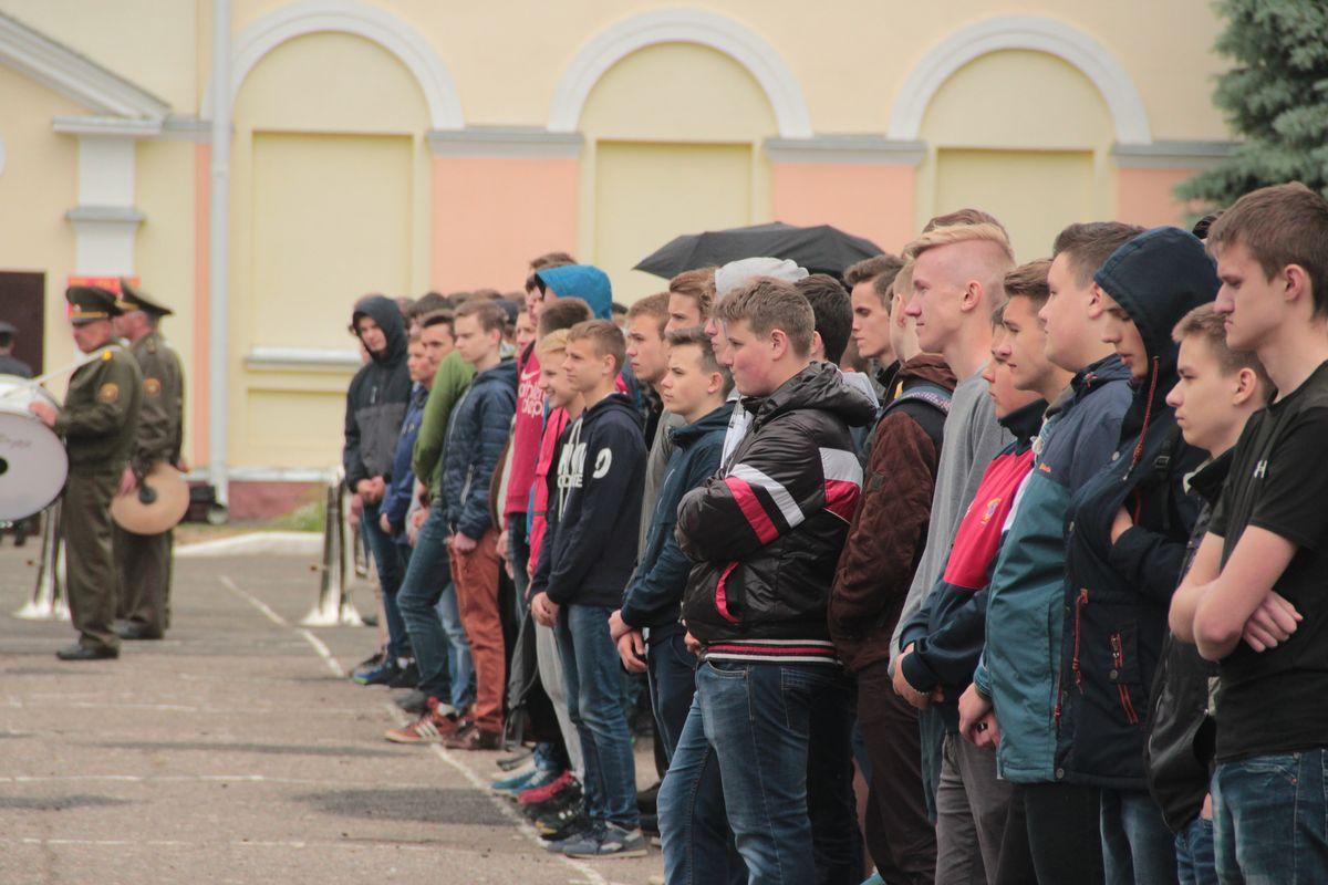 Школьники, которые будут посещать лагерь, на открытии лагерной смены.