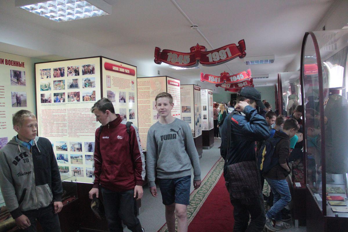Подростки в музее в/ч 7404.