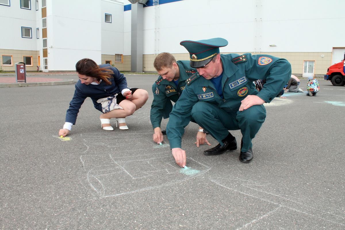 Эмма Захарова, Михаил Матяс и Игорь Хлобукин помогали детям разукрашивать рисунок.