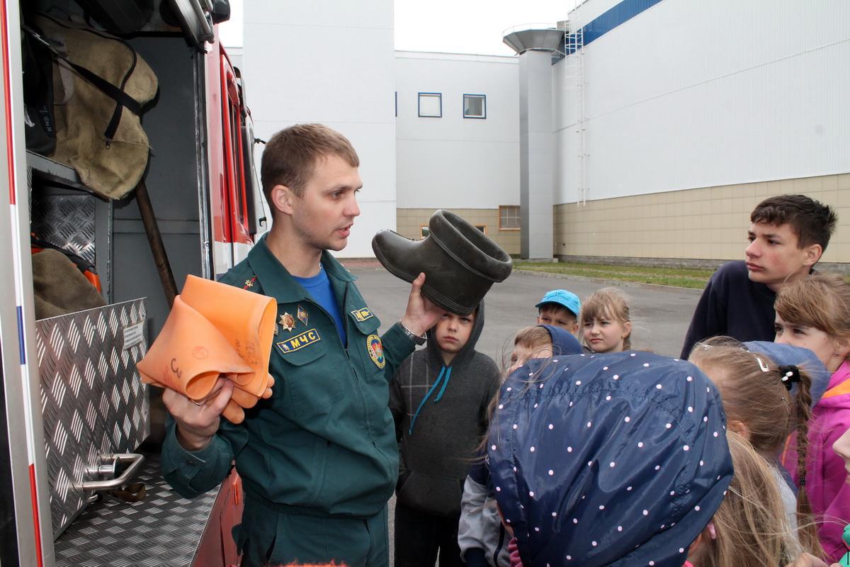 Михаил Матяс показывает школьникам обмундирование спасателей.