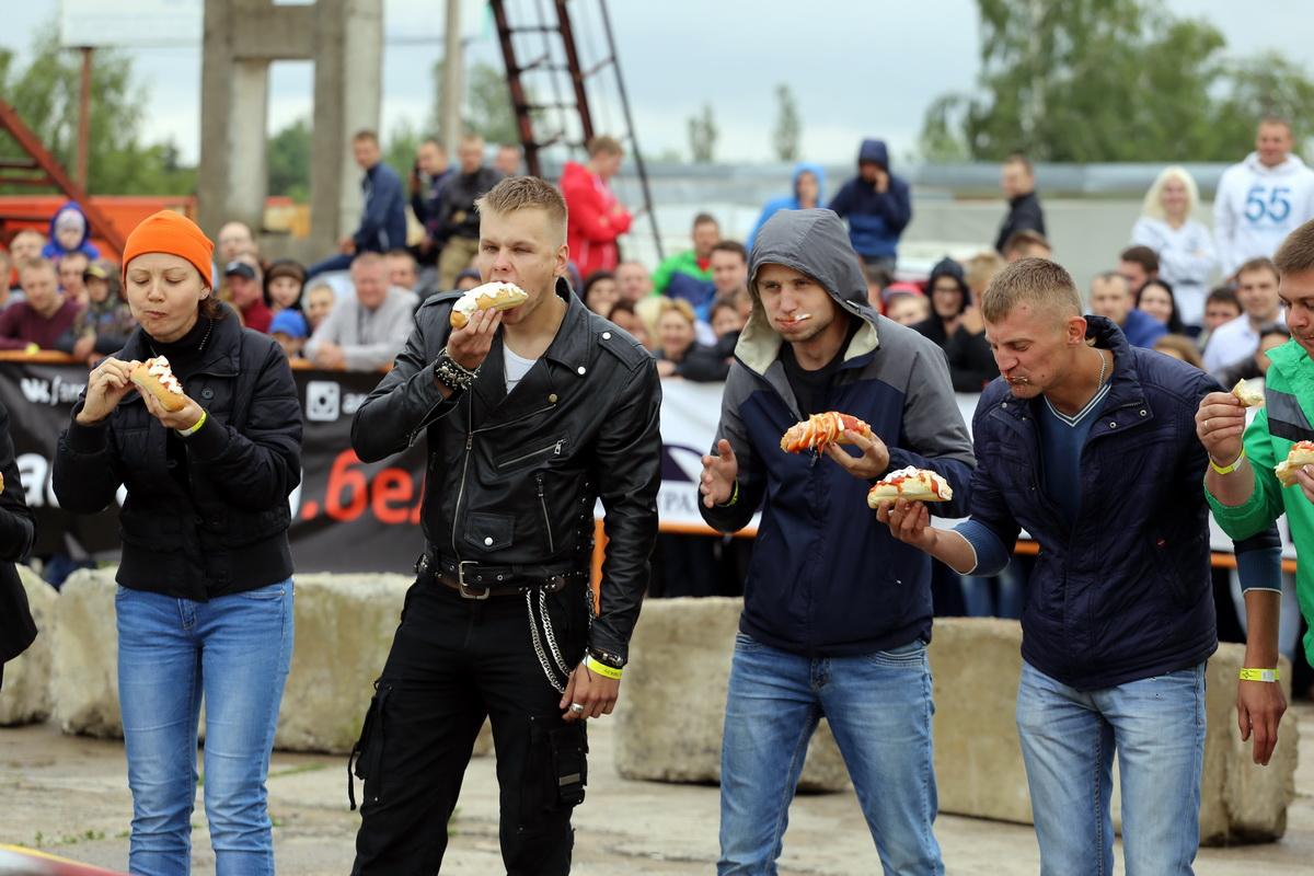 Конкурс среди зрителей: кто быстрее скушает хот-дог.