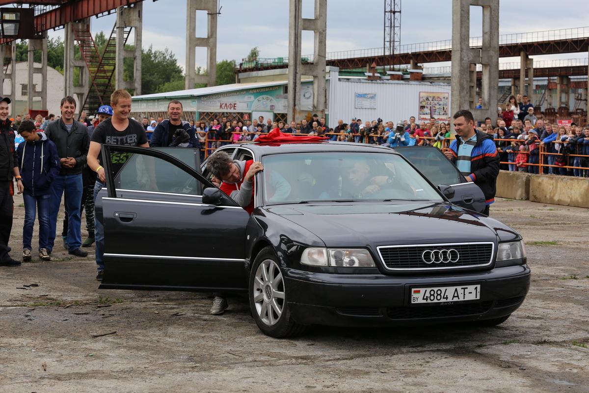 Конкурс среди зрителей: в каком автомобиле больше пассажиров. В машину Ауди вместилось в первой команде 16 человек, а во второй команде – 18 человек.