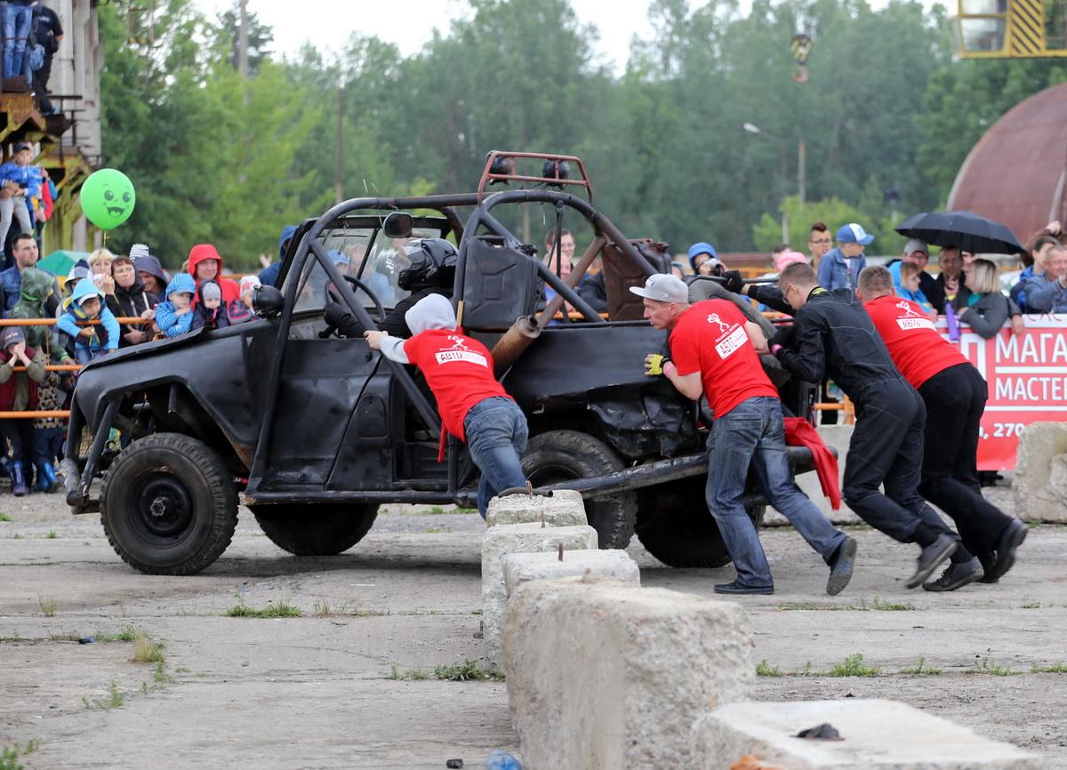 Не все автомобили после боя могли самостоятельно покинуть арену.