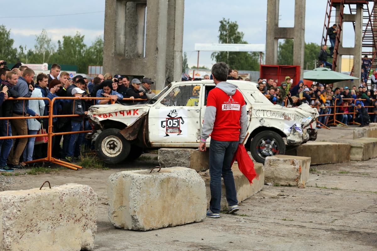 Автомобиль  участника из Пинска налетел на ограждение и повис на нем.