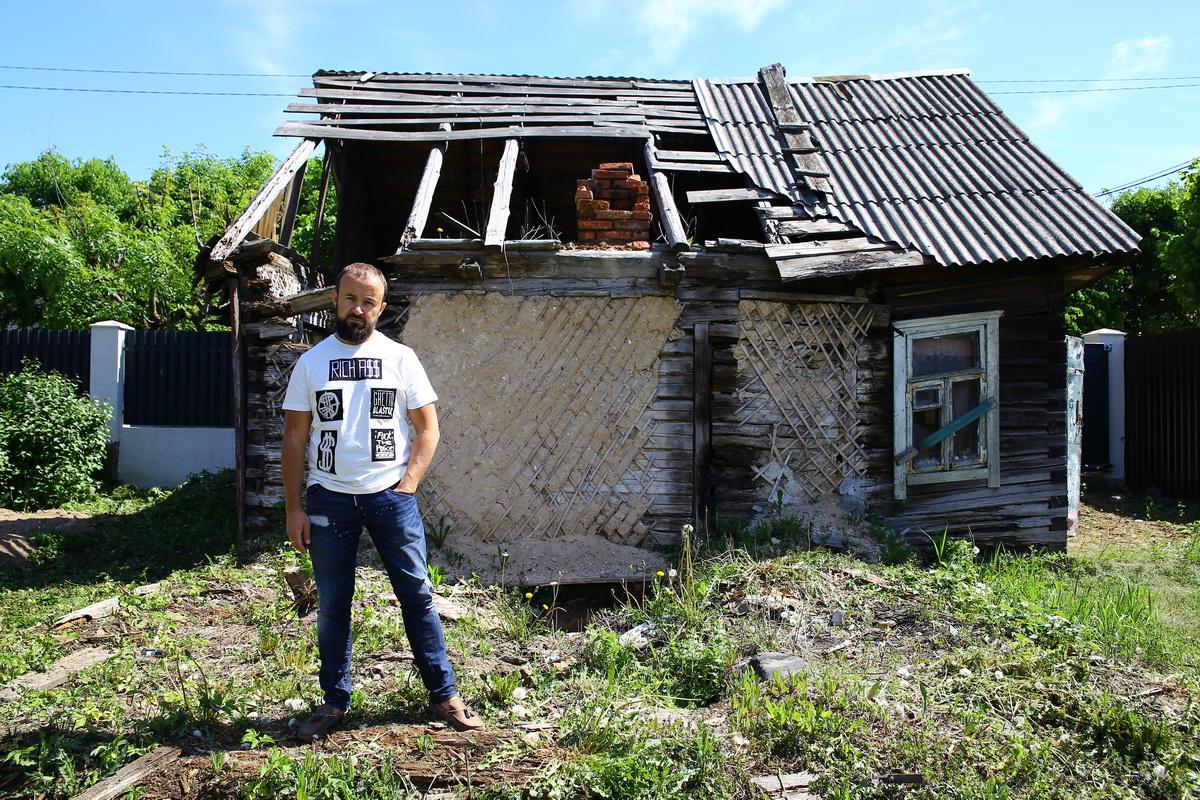 Павел Колядко рядом с домом,  который он планировал снести, чтобы построить на этом месте новый. Фото: Евгений ТИХАНОВИЧ