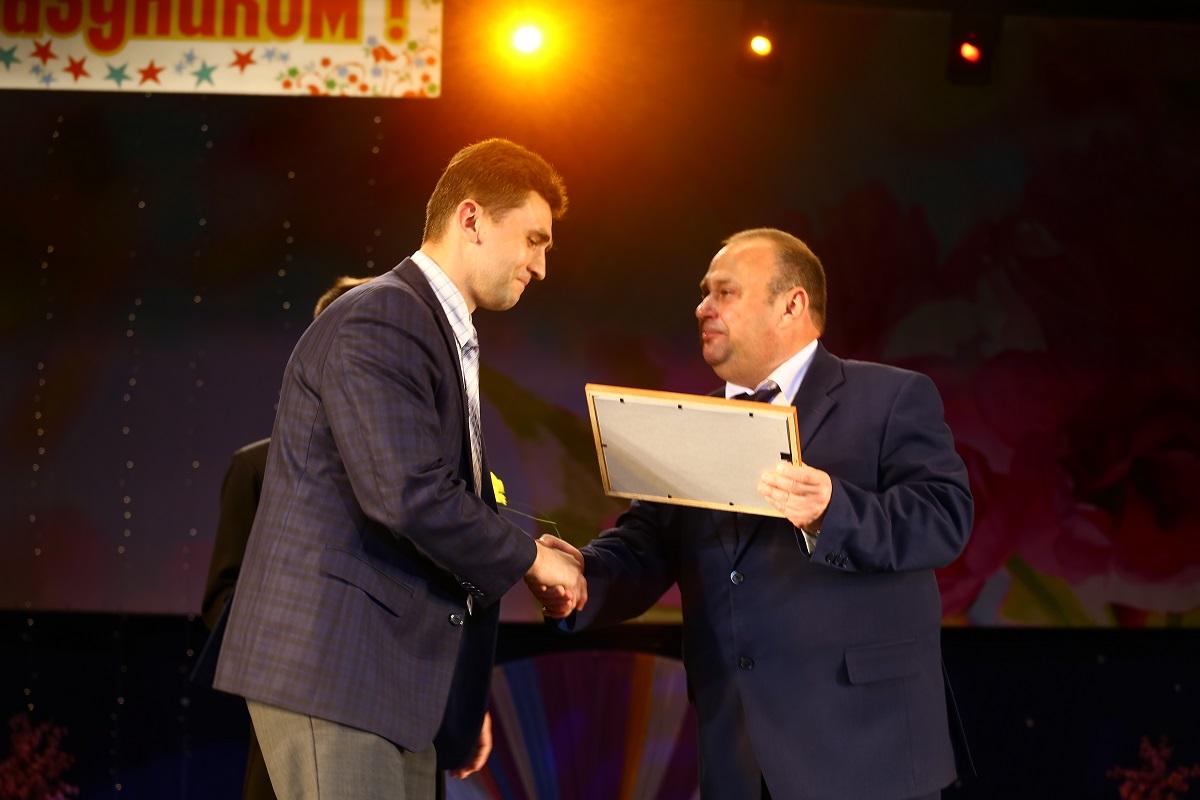 Юрий Громаковский вручает почетную грамоту Дмитрию Бондарю, зав. отделением детей и подростков отдела гигиены ЗЦГиЭ.