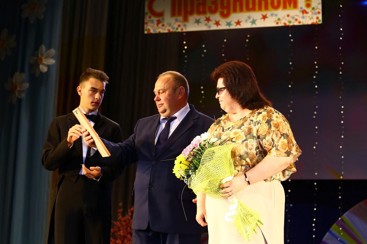 """Людмила Белохвостик, глав.врач санатория """"Чабарок"""" получила почетную грамоту."""