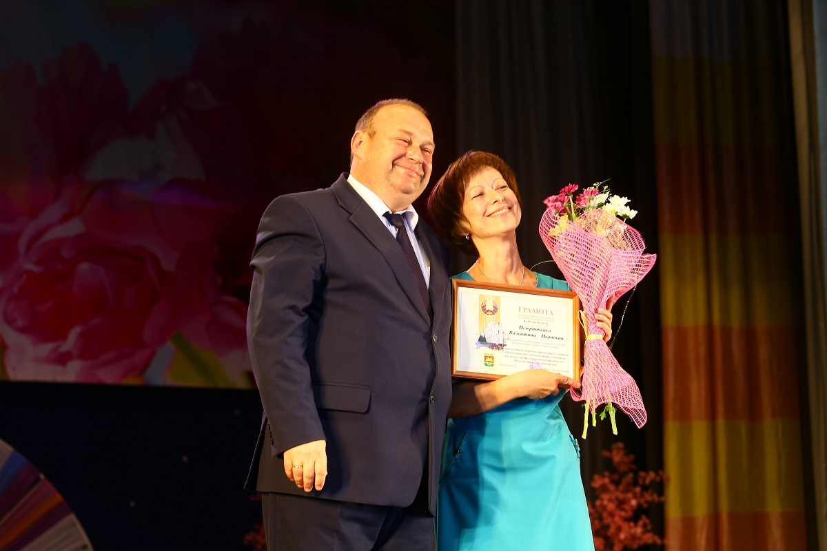 Валентина Псюрниченко, зам. заведующего аптекой №50, получает почетную грамоту.