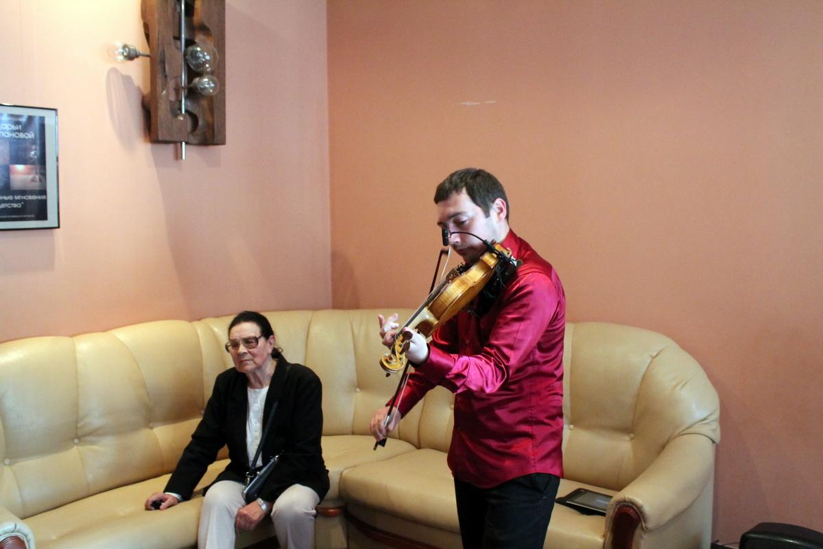 Во время открытия выставки звучали классические произведения на скрипке в исполнении Александра Парфирова.