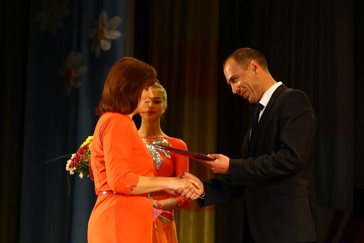 Нина Плюснина, старшая медсестра радиологического отделения онкологического диспансера, получает почетную грамоту.