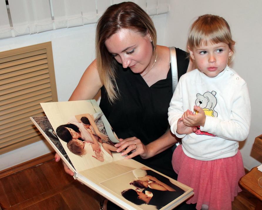Наталья Лабковская с дочкой Софьей рассматривает альбом своей наставницы  Дарьи Степановой.