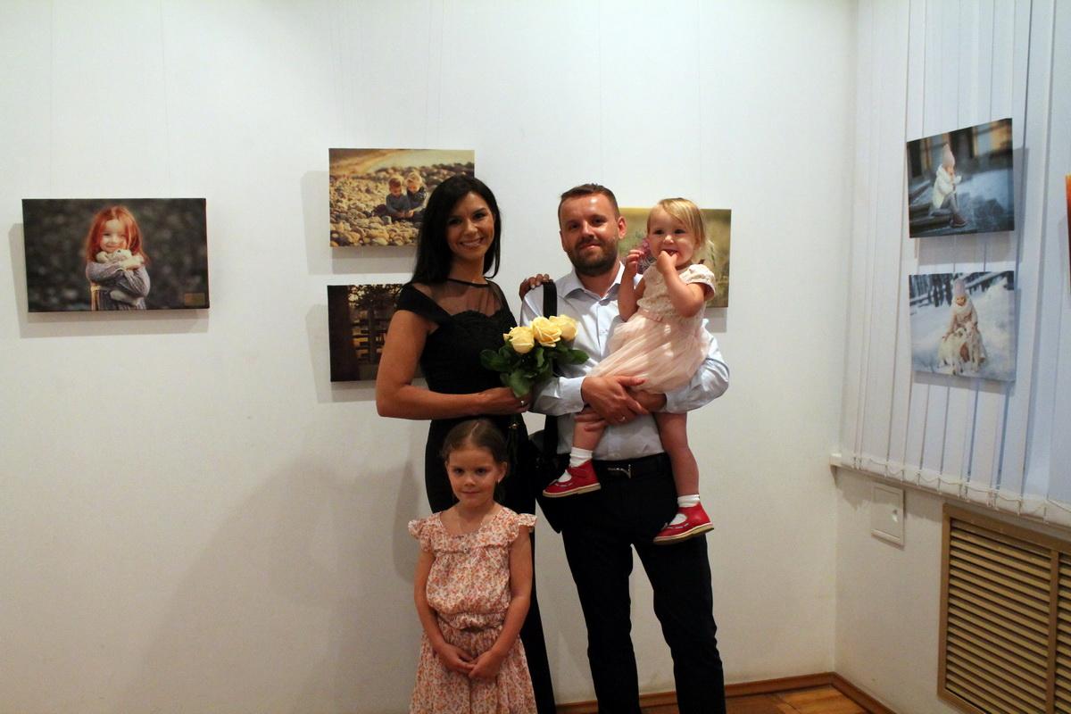 Дарья Степанова с мужем Сергеем и дочерями Агатой и Амелией.