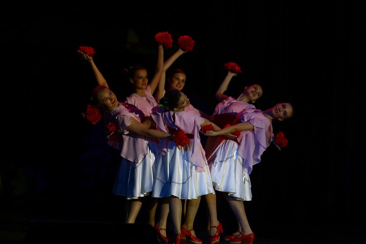 """Ансамбль """"Юрочка"""" с танцем роз."""
