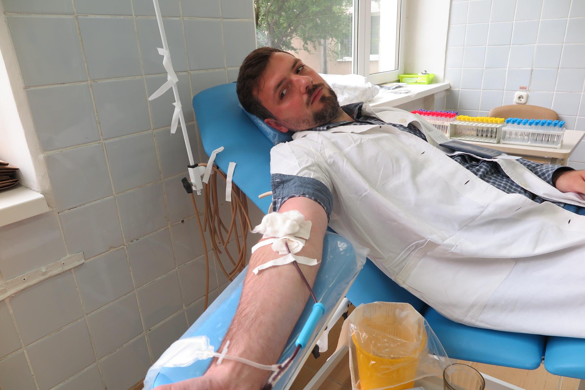 Андрей Война, врач анестезиолог-реаниматолог городской больницы, сдает кровь.