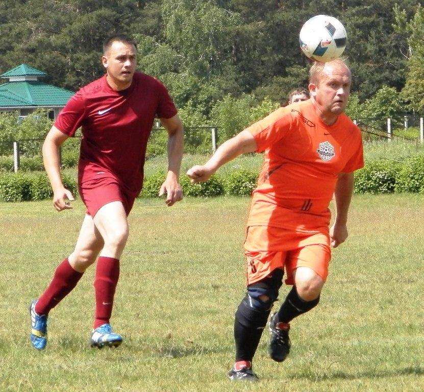 Команда «Лесная» – в красной форме, «Старье» – в оранжевой. Фото: Сергей ЖИВУЛА