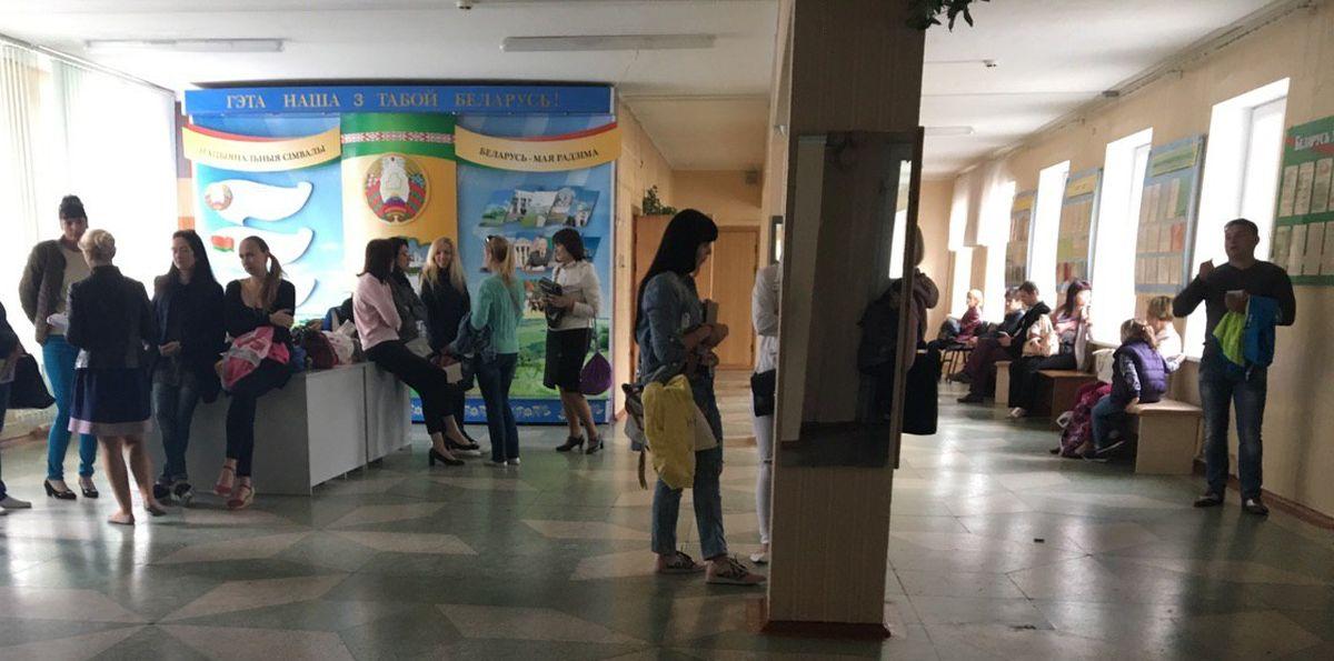 Родители ждут детей в холле гимназии.