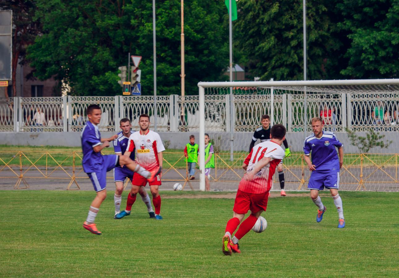 Атака лидской команды: Руслан Тулай (№18) бьет по воротам. Ему пытаются помешать Антон Сорокин (слева) и Генрих Богдевич.