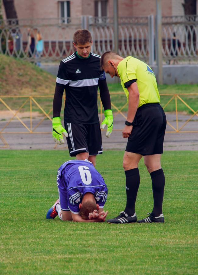 Генрих Богдевич (№9) получил травму. Арбитр встречи и Максим Высоцкий рядом.