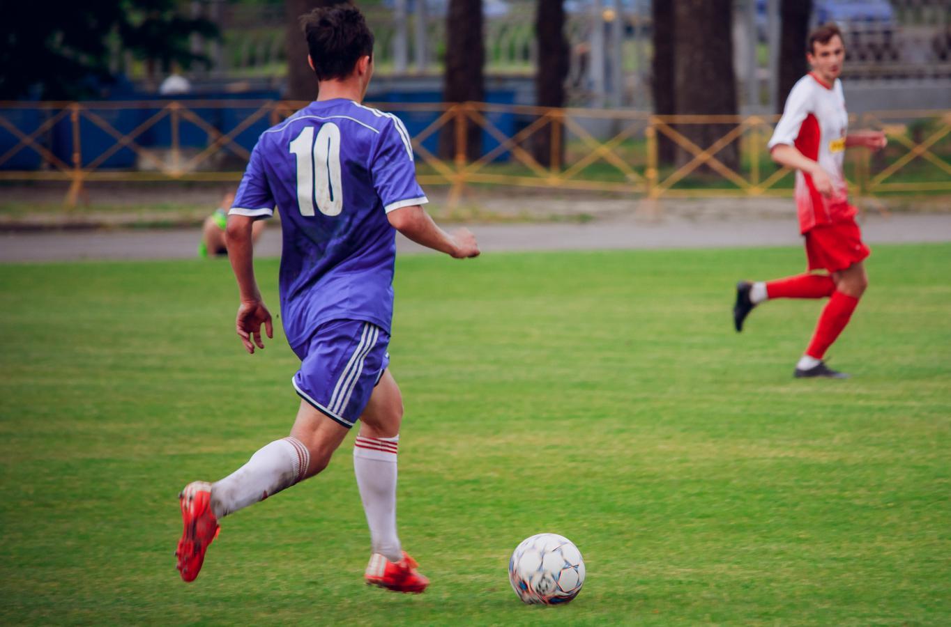Илья Кухарчик (№10) рвется к воротам.